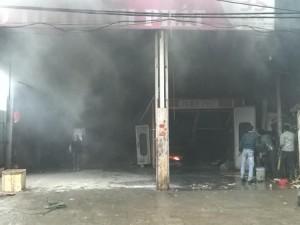 Tin tức Việt Nam - Gara ôtô cháy phừng phừng, khói phun nghi ngút