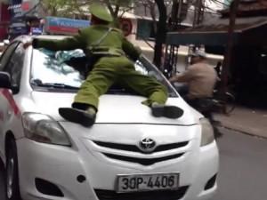 """Tin tức Việt Nam - """"Chở"""" cảnh sát trên capô, tài xế taxi bị đánh giữa phố"""