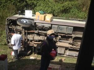 Tin tức trong ngày - Lật xe khách, 15 người thoát chết trong gang tấc