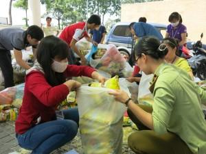 Tin tức trong ngày - Hàng nghìn công nhân trả lại quà Tết bị trộn hàng giả