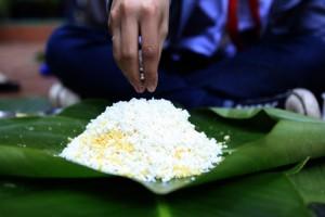 Tin tức trong ngày - Chùm ảnh: Học sinh Hà Nội thi gói bánh chưng Tết