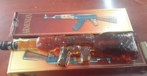 An ninh Xã hội - Phát hiện chai rượu hình súng AK không rõ nguồn gốc
