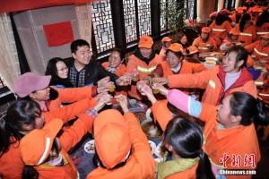 Tin tức trong ngày - Nhà hàng TQ mở tiệc tất niên chiêu đãi 556 lao công
