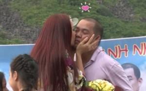 Phim - Vợ chồng Thúy Hạnh hôn nhau trước hơn 200 người
