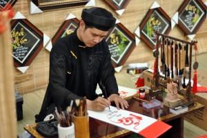 """Tin tức Việt Nam - Năm mới, xin """"ông đồ"""" chữ gì cho may mắn?"""