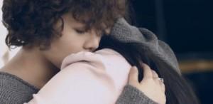 """Mặt sau cánh gà - MV """"Giữ em đi"""" gây sốt với chuyện đồng tính nữ"""