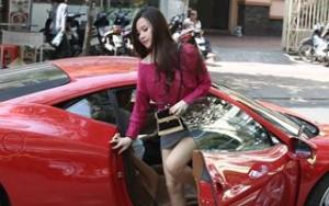 Vợ chồng Midu gây chú ý với siêu xe trên phố