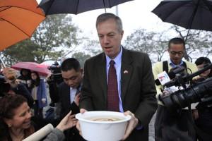 Tin tức trong ngày - Đại sứ Mỹ thả cá chép tiễn ông Táo về trời ở HN