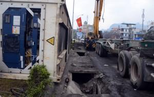 """Tin tức trong ngày - Đè sập nắp cống, xe container tự """"ngã"""" ra đường"""