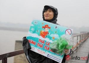 Giáo dục - du học - Bạn trẻ đắm mình trong mưa rét cứu cá chép