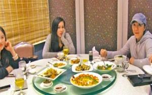 """Ngôi sao điện ảnh - Châu Tinh Trì """"bị tóm"""" đi ăn với phụ nữ lạ"""