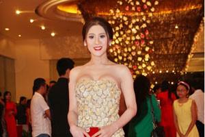 Lâm Chi Khanh khoe váy gợi cảm tự may