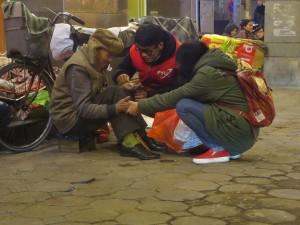Tin tức trong ngày - Tết ấm của người vô gia cư trên vỉa hè lạnh giá
