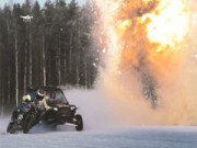 Ô tô - Xe máy - Choáng: Đua xe trên mặt hồ đóng băng, kết hợp ném lựu đạn