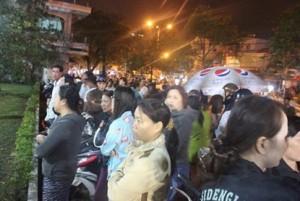 Tin tức Việt Nam - Hàng trăm người chờ viếng ông Bá Thanh trong đêm