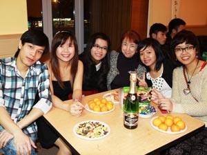 Bạn trẻ - Cuộc sống - Du học sinh Việt thức trắng đêm chuẩn bị Tết