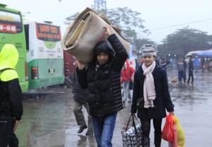 Tin tức Việt Nam - Hà Nội: Dòng người ùn ùn đội mưa đổ về quê ăn Tết