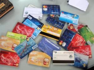 """Cảnh giác - Bắt nhóm người nước ngoài dùng thẻ ATM giả """"nẫng"""" tiền"""