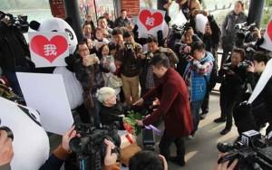 Tin tức trong ngày - Thiếu nữ Ukraine cầu hôn bạn trai TQ giữa phố đông