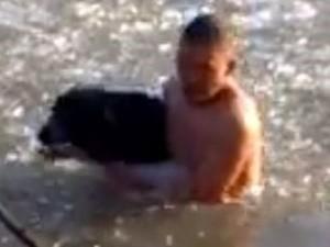 Phi thường - kỳ quặc - Clip: Không mặc áo nhảy xuống sông băng cứu chó