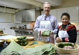 Tin tức trong ngày - Đại sứ Mỹ gói bánh chưng đón Tết Ất Mùi