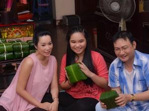 Trịnh Kim Chi bầu 5 tháng vẫn đảm đang gói bánh chưng