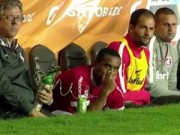 Tin bên lề bóng đá - Cựu sao MU phải thở bình oxy sau 30 phút chơi bóng