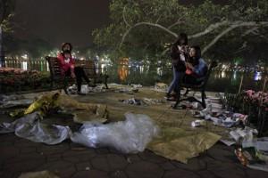 Tin tức trong ngày - Hà Nội: Hồ Gươm ngập rác sau màn bắn pháo hoa rực rỡ