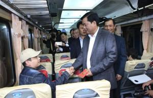 Tin tức trong ngày - Bộ trưởng Thăng bất ngờ chúc tết khách đi tàu đêm giao thừa
