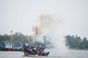 """Tin tức Việt Nam - Tàu thuyền """"tung khói trắng"""" xuất bến lấy lộc đầu năm"""