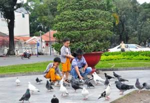 Tin tức Việt Nam - Mùng 1 Tết, người Sài Gòn đổ ra đường du xuân