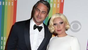 Lady Gaga khoe nhẫn đính hôn