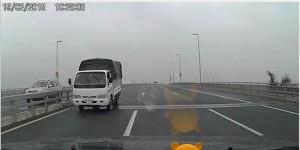 Tin tức trong ngày - Truy tìm xe tải chạy ngược chiều trên cầu Nhật Tân