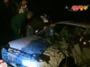 Video An ninh - Ô tô bẹp đầu, tài xế thoát hiểm trong gang tấc