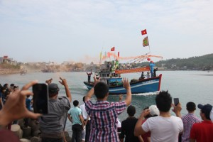 """Tin tức Việt Nam - Độc đáo lễ hội """"xông biển"""" đầu năm của ngư dân Quảng Ngãi"""
