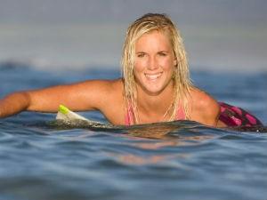 Bạn trẻ - Cuộc sống - Cô gái cụt tay là VĐV lướt ván giỏi nhất thế giới