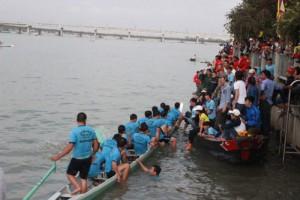 Tin tức trong ngày - 200 người dốc sức chèo thuyền đua trong ngày xuân