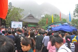 Tin tức Việt Nam - Chùm ảnh: Danh thắng Tràng An chật cứng khách