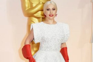 Lady GaGa khoe nhẫn đính hôn trên thảm đỏ Oscar