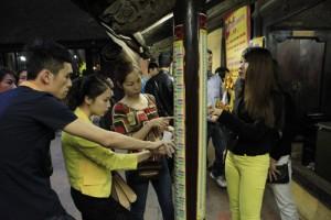 Tin tức Việt Nam - Người dân đổ xô đăng kí dâng sao giải hạn