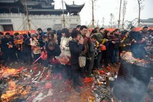 Tin tức trong ngày - TQ: Biển người đi lễ thần tài cầu phú quý đầu năm