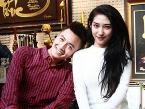 Ngôi sao điện ảnh - Ngô Kiến Huy và bạn gái xin quẻ đầu năm