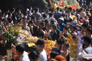 Tin tức trong ngày - Hàng vạn người chen chân khai hội chùa Hương