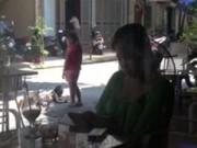 Video An ninh - Camera giấu kín: Mẹ mê game, bỏ mặc con chơi giữa đường
