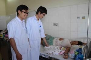 Sức khỏe đời sống - Hai bác sĩ hiến máu cứu mẹ con sản phụ