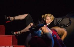 Clip Madona trượt ngã trên sân khấu Brit Awards 2015