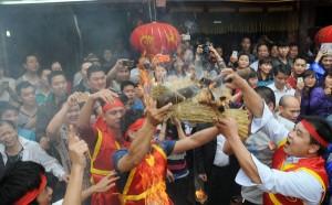 Tin tức Việt Nam - Mướt mồ hôi kéo lửa thi nấu cơm làng Thị Cấm