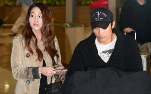 Lee Byung Hun cúi đầu xin lỗi vợ giữa sân bay
