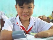 Giáo dục - du học - Cậu bé mất hai tay viết bài bằng… ống nhựa