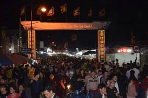 Tin tức trong ngày - Dân chen lấn, xô đẩy đến ngất xỉu ở phiên chợ cầu may